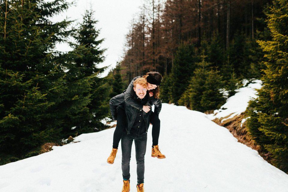 Verschneite Paar-Fotos im Harz