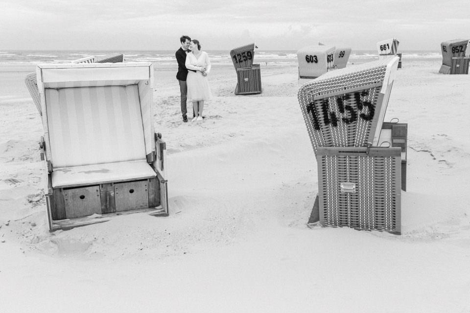 Hochzeitsfotos auf Langeoog zwischen Strandkörben